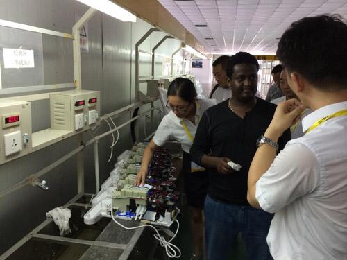 客户仔细聆听智能马桶盖生产技术的介绍